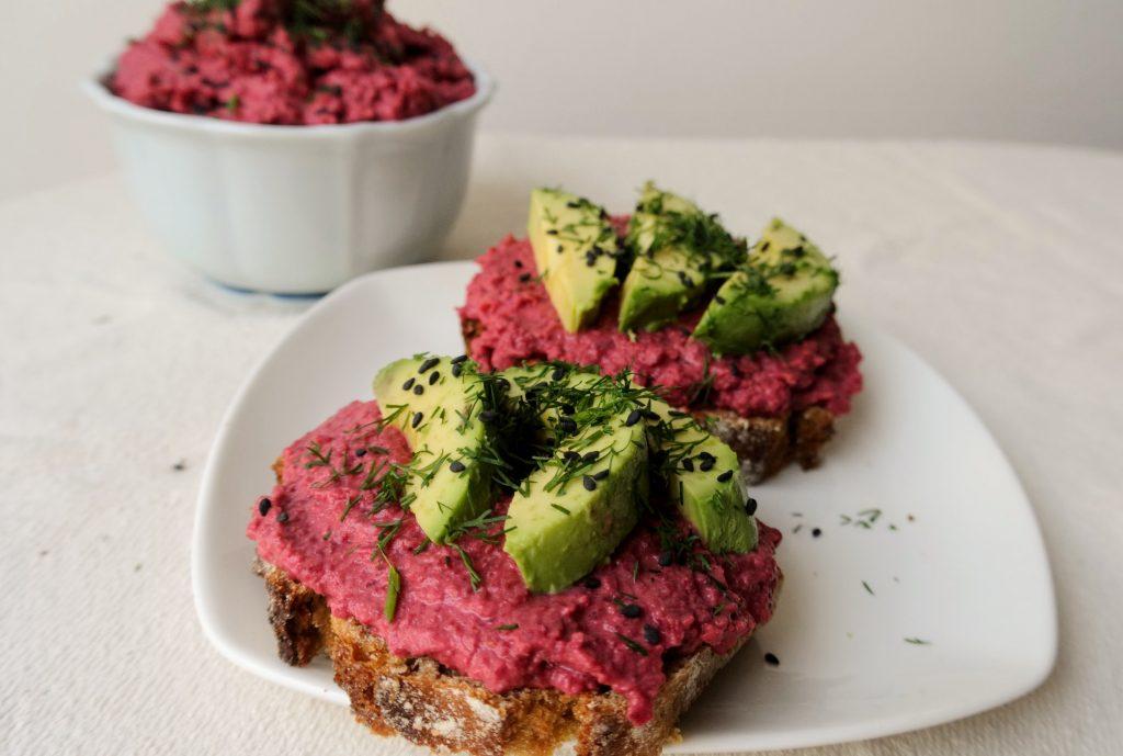 авокадо тост сандвич с хумус от червено цвекло