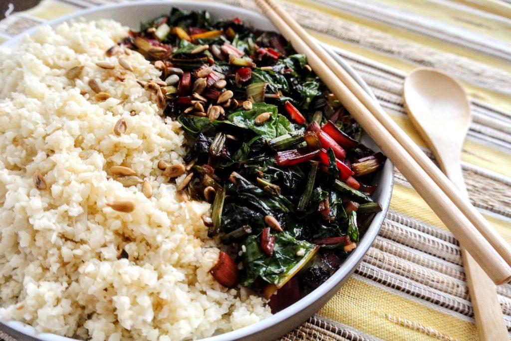 ориз от карфиол и сотиран манголд и кейл със соев сос