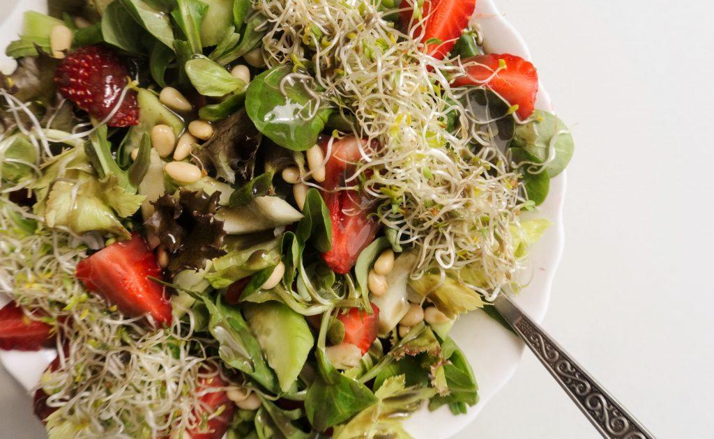 зеленолистна салата с ягоди