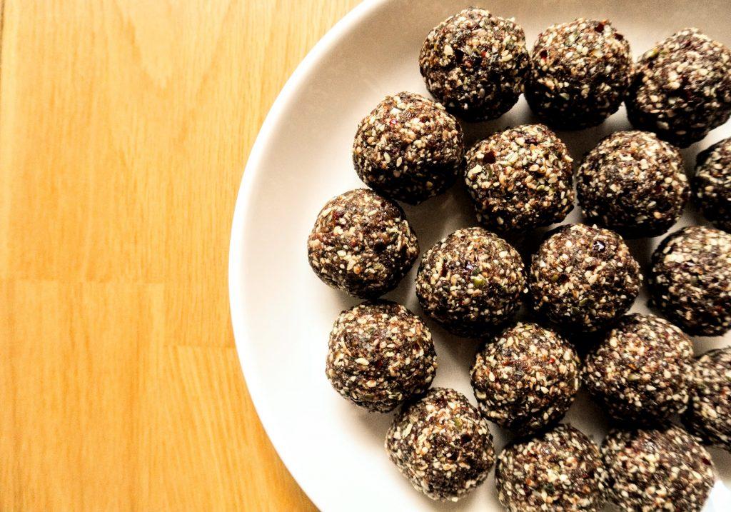 сурови енергийни бонбони от семена